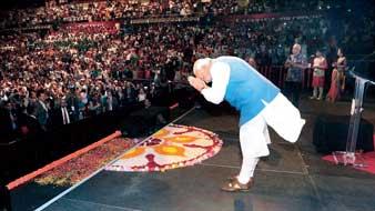 নমো-নমো। সিডনির অ্যালফোনস অ্যারেনায় নরেন্দ্র মোদী। ছবি: পিটিআই