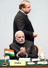 সার্ক শীর্ষ বৈঠকে নওয়াজ শরিফ এবং নরেন্দ্র মোদী।  ছবি: এএফপি।