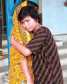 হাসপাতাল থেকে বেরিয়ে নাজমা। সোমবার।  নিজস্ব চিত্র