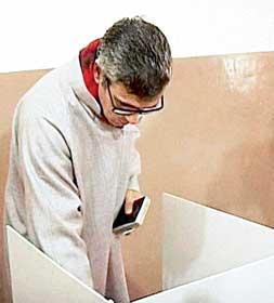 ভোট দিচ্ছেন জম্মু ও কাশ্মীরের মুখ্যমন্ত্রী ওমর আবদুল্লা। ছবি: পিটিআই