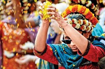 ফুল দিয়ে দোল। রঙের উত্সবে সামিল দৃষ্টিহীনও। দক্ষিণ কলকাতায় সুমন বল্লভের তোলা ছবি।