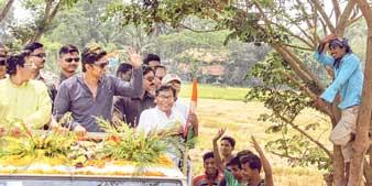 বুধবার পিংলায় দেবের রোড-শো। ছবি: কিংশুক আইচ।