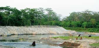 এই সেই বাঁধ। আলিপুরদুয়ারের শিসামারা নদীতে। ছবি: নারায়ণ দে।