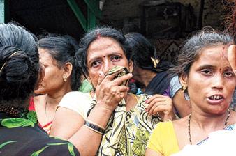 অপেক্ষায় নিখোঁজদের পরিজনেরা। শ্যামনগর কালীবাড়ি ঘাটে শনিবার। ছবি: সজল চট্টোপাধ্যায়
