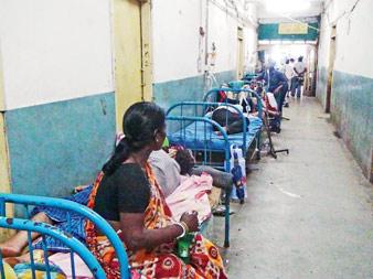 রোগীদের সংখ্যা বাড়ছে প্রতিদিনই। উত্তরবঙ্গ মেডিক্যাল কলেজ হাসপাতালের ছবিটা এখন এমনই। বৃহস্পতিবার তোলা নিজস্ব চিত্র।
