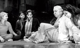 নাটক: 'দ্য স্পিরিট অব অ্যান ফ্র্যাঙ্ক'। নন্দিতা দাস ও শাবানা আজমির সঙ্গে জোহরা সহগল (১৯১২-২০১৪)। দিল্লি, ২০০২।