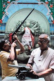 পুজোর অনুষঙ্গ। নরসিংহচন্দ্র দাঁয়ের বাড়ি।  ছবি: শুভাশিস ভট্টাচার্য