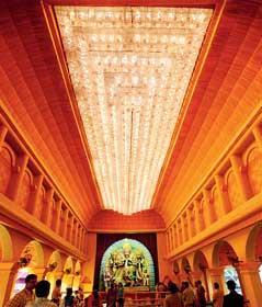 আলোয় মোড়া। রবিবার, ম্যাডক্স স্কোয়ারের মণ্ডপ। ছবি: বিশ্বনাথ বণিক