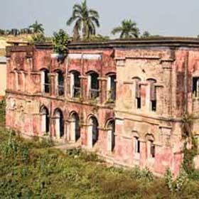 পরিত্যক্ত মহিষাদলের রাজ হাই স্কুল। ছবি:আরিফ ইকবাল খান।