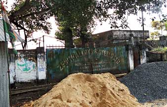 এক সময়ে রমরমিয়ে চলত এই সব কারখানা। এখন সে সব অতীত। জেনিথ স্টিল।