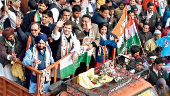 ভোট প্রচারে পথসভায় রাহুল গাঁধী। মঙ্গলবার দিল্লির কালকাজিতে। ছবি: পিটিআই