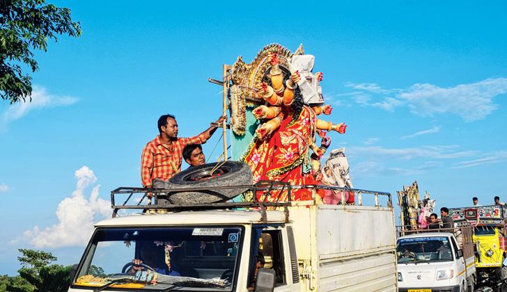 বাপের বাড়ি যাত্রা। আলিপুরদুয়ারে নারায়ণ দে-র তোলা ছবি।