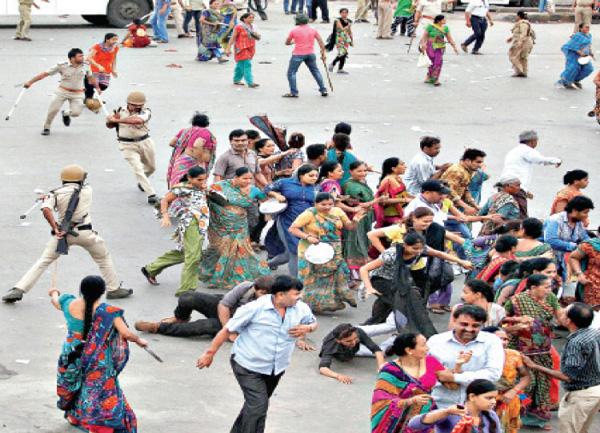 রাজনীতি। হার্দিক পটেলকে গ্রেফতার করার বিরুদ্ধে বিক্ষোভ। আমদাবাদ, সেপ্টেম্বর ২০১৫। পিটিআই