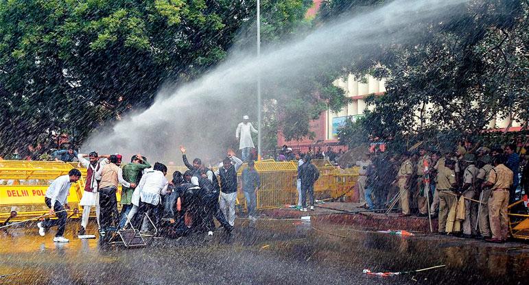 কংগ্রেস সমর্থকদের হটাতে পুলিশের জল-কামান। সোমবার নয়াদিল্লির পার্লামেন্ট স্ট্রিটে। ছবি: পিটিআই