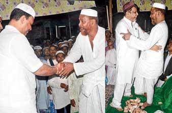 ফুরফুরা শরিফে ত্বহা সিদ্দিকির কাছে এক দিনে দুই নেতা। ছবি: দীপঙ্কর দে