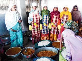 জেলাশাসকের ক্যান্টিনে আনন্দধারা গ্রুপের স্বনির্ভর মহিলারা। ছবি: মনোজ মুখোপাধ্যায়।