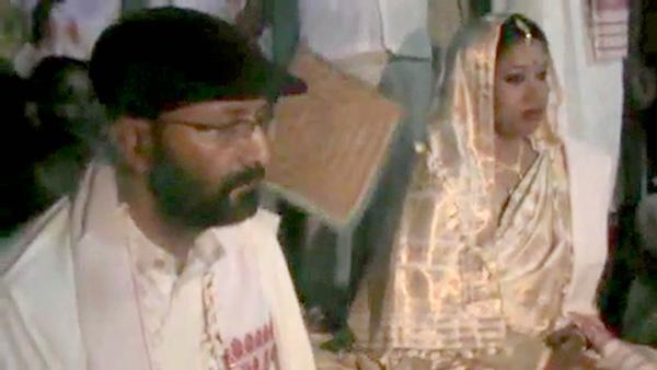 বিয়ের পিঁড়িতে প্রদীপ গগৈ, জুলি বরুয়া। শুক্রবার। ছবি: উজ্জ্বল দেব।