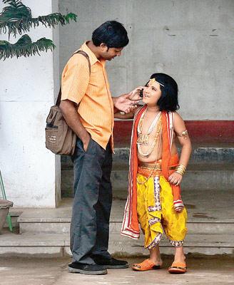 শ্যুটিংয়ের ফাঁকে। তারাতলায় কলকাতা বন্দরের জমি দখল করে নির্মিত স্টুডিওয়। ছবি: সুমন বল্লভ।