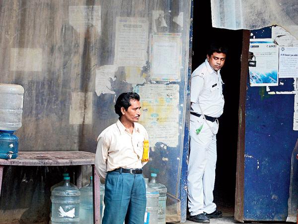হাইড রোডের স্টুডিওয় পুলিশ। তবে আসল নন, অভিনেতা! বুধবার রণজিৎ নন্দীর তোলা ছবি।