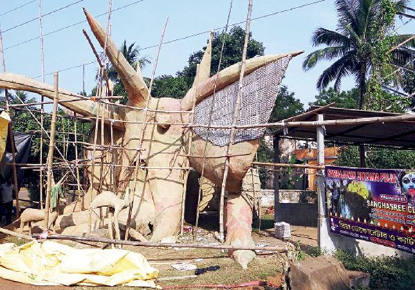 খড়্গপুরের একটি ক্লাবের মণ্ডপে প্রস্তুতি। ছবি: রামপ্রসাদ সাউ।