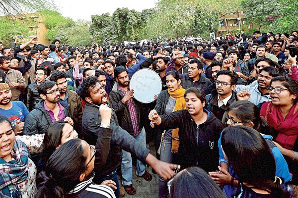দেশদ্রোহী? ছাত্রছাত্রীদের বিক্ষোভ। জওহরলাল নেহরু বিশ্ববিদ্যালয়, দিল্লি। ছবি: পিটিআই
