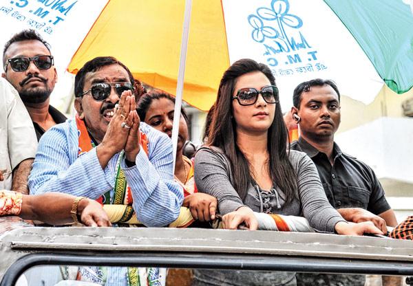 তৃণমূল প্রার্থী কল্লোল খাঁ-র প্রচারে শুভশ্রী। ছবি: সুদীপ ভট্টাচার্য