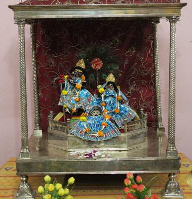 শ্যামসুন্দর জিউ পোস্তা রাজবাড়ির বিগ্রহ।