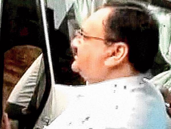 আক্রান্ত হওয়ার পর জে পি নড্ডা। শনিবার ভোপালে। ছবি: পিটিআই।