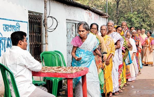 'ধনুদার ভাতা' নেওয়ার লাইন। ছবি: সজল চট্টোপাধ্যায়।