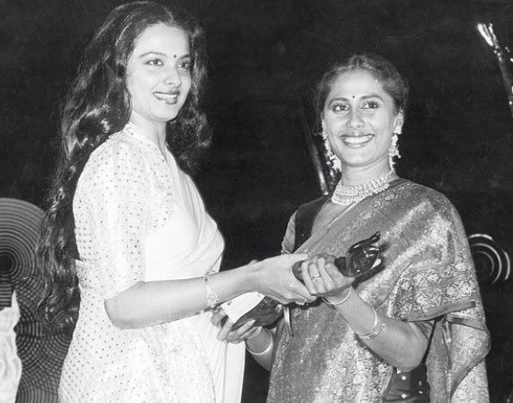 ১৯৮২ সালে 'চক্র' ছবির জন্য সেরা অভিনেত্রীর পুরস্কার পেয়েছিলেন স্মিতা পাটিল। রেখার হাতে সেই পুরস্কার পেয়েছিলেন স্মিতা। দেখুন সেই দুর্লভ ছবি।