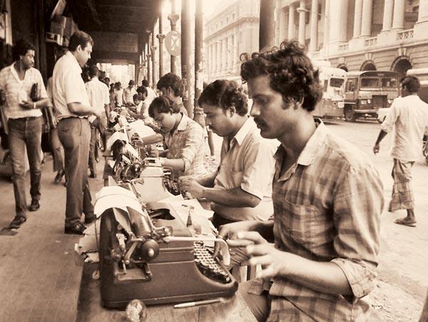 ইতিহাস: কলকাতার ফুটপাতে টাইপিস্টদের ব্যস্ততা। ১৯৮৯ সালের ছবি।