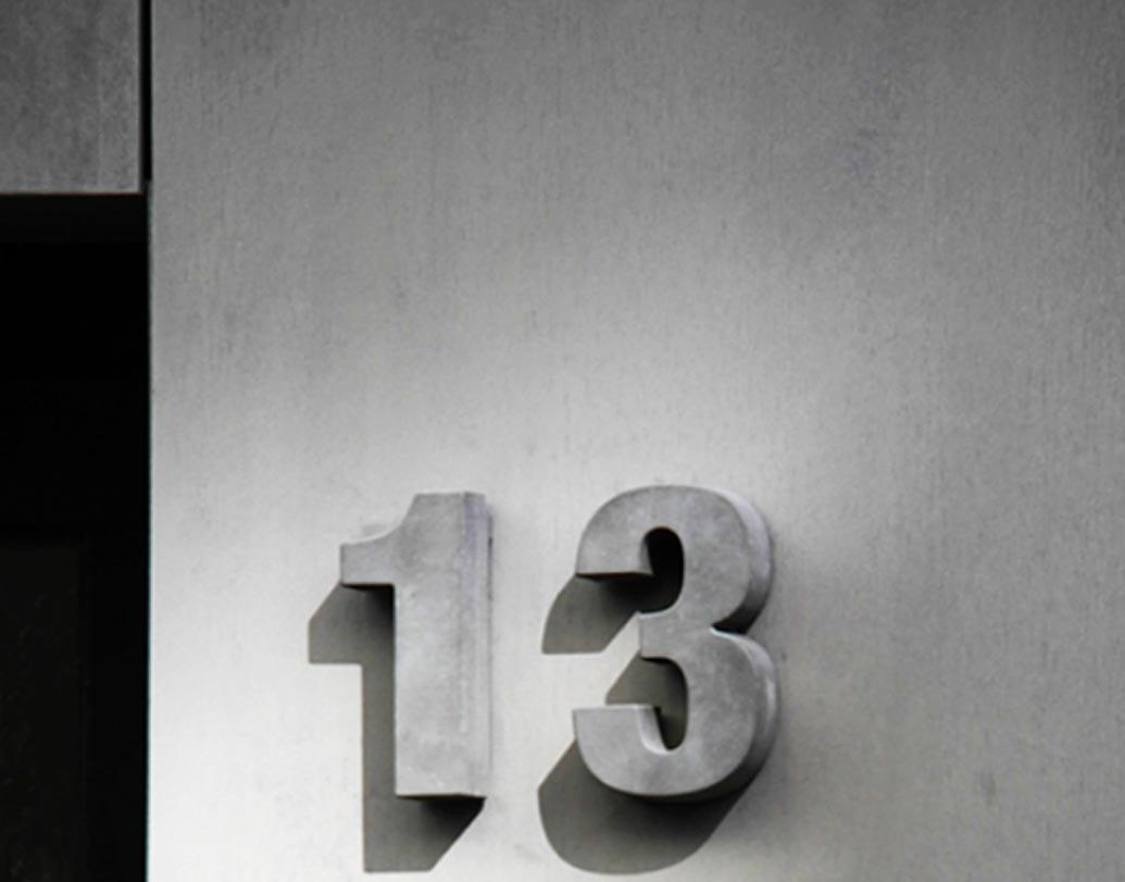 এই নম্বরটি সব সময়ই যেন খাপছাড়া। অলিম্পাসের দেবতার সংখ্যা ছিল ১২ জন। ঘড়িতে ১২ ঘণ্টার হিসেব দেওয়া আছে। এক বছরেও ১২ মাস আছে। জোডিয়াকে রয়েছে ১২টি প্রতীক। তাই ১৩ সংখ্যাটিকে অশুভ মনে করে পশ্চিমী দুনিয়া।