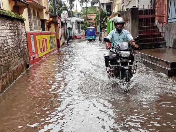 জলমগ্ন: রায়গঞ্জের বীরনগরের রাস্তায় জমা জল। নিজস্ব চিত্র