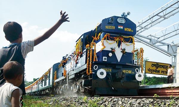 উৎসুক: বৃহস্পতিবার উদ্বোধনের পরে পেট্রাপোল সীমান্ত পেরোচ্ছে কলকাতা-খুলনা বন্ধন এক্সপ্রেস। ছবি: নির্মাল্য প্রামাণিক
