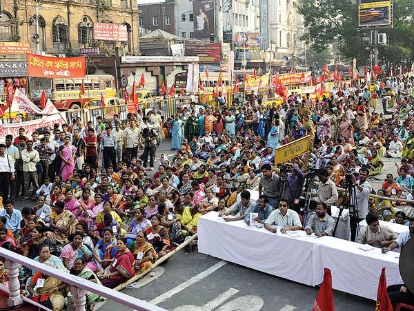 শ্রোতা: ধর্মতলায় মেট্রো চ্যানেলে বামপন্থী মহিলা সংগঠনের সমাবেশ। কলকাতা, ২৫ নভেম্বর ২০১০