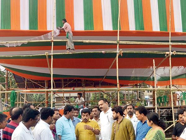 মঞ্চসাজ: বারাসতের কাছারি ময়দানে ৬ এপ্রিল সভা অভিষেকের। চলছে তারই তোড়জোড়। ছবি: সুদীপ ঘোষ