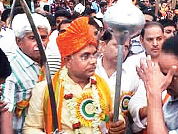 অস্ত্রধারী: খড়্গপুরে দিলীপ ঘোষ রামনবমীর মিছিলে। বুধবার।