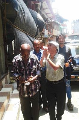 প্রচারে: পুরভোট আসন্ন। জনসংযোগে নেমেছেন হরকা বাহাদুর ছেত্রী। ছবি: বিশ্বরূপ বসাক