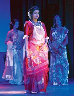 ছকভাঙা: আগাম রবীন্দ্রজয়ন্তীতে র্যাম্প শো। রবিবার। নিজস্ব চিত্র