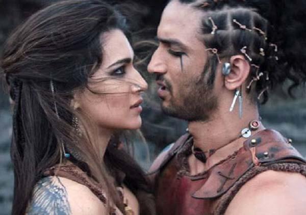 'রাবতা' ছবির একটি দৃশ্যে সুশান্ত ও কৃতী। ছবি: ইউটিউবের সৌজন্যে।