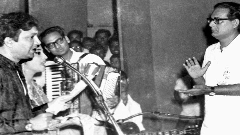 অভিনয় ছাড়াও পরবর্তীতে প্রযোজক, পরিচালক, সংগীত পরিচালক ও গায়ক হিসেবেও কাজ করেছেন উত্তমকুমার।'অ্যান্টনি ফিরিঙ্গি' ও 'চিড়িয়াখানা'য় অভিনয়ের জন্য জাতীয় পুরস্কারও পেয়েছেন তিনি।