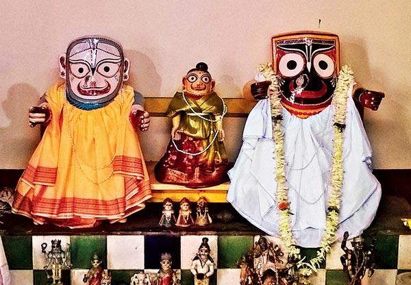 ব্যতিক্রমী: সমাজবাজির নৃসিংহ মন্দিরে পুজিত হন জগন্নাথ-বলরাম-সুভদ্রার এই বিগ্রহ। নিজস্ব চিত্র