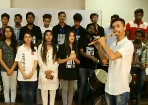 ভারতের জাতীয় সঙ্গীত গাইছে পাকিস্তানের কলেজ পড়ুয়ারা। ছবি: ফেসবুকের সৌজন্যে।