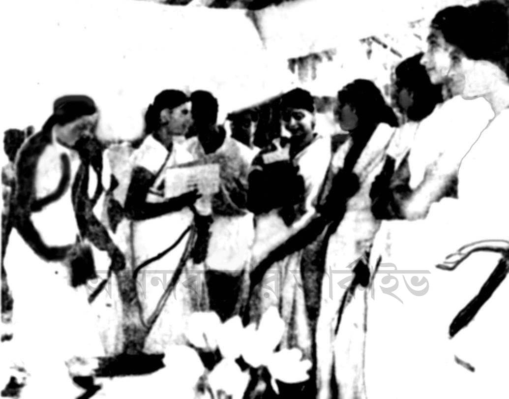 রবীন্দ্রনাথ ঠাকুরের শ্রাদ্ধানুষ্ঠানের প্রস্তুতিতে আশ্রম বালিকারা।