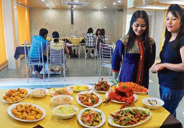 ভুরিভোজ: পুজোয় পসরা সাজিয়ে নানা রেস্তোরাঁ। নিজস্ব চিত্র