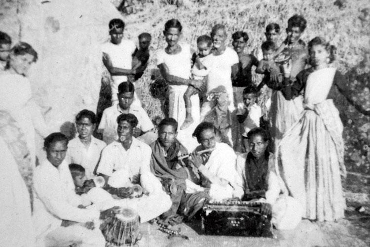 আলকাপের মহলায় বাঁশি বাজাচ্ছেন 'ওস্তাদ' সৈয়দ মুস্তাফা সিরাজ।