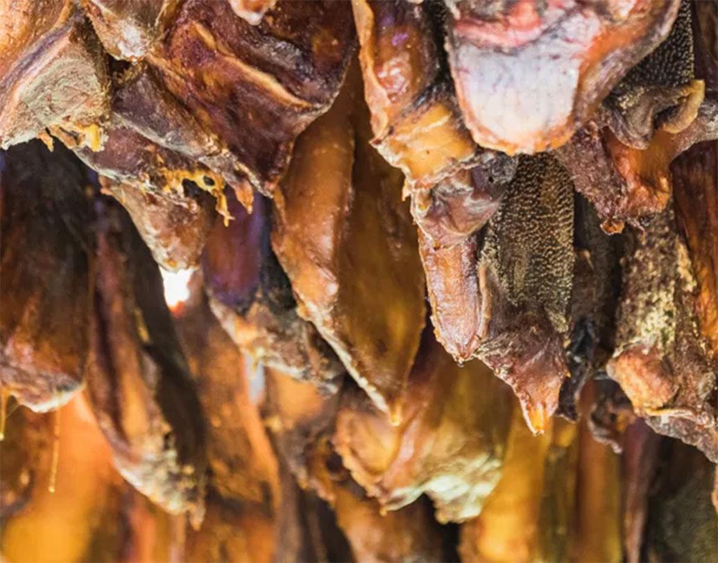 ফারমেনটেড শার্ক: আইসল্যান্ডের বাসিন্দাদের মধ্যে চল রয়েছে এই খাবারের। গেঁজিয়ে ওঠা পচা হাঙরের মাংস এটি।