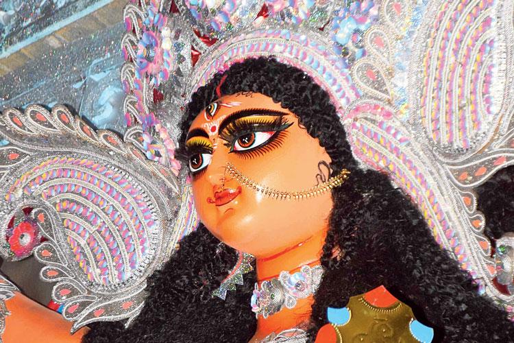 মণ্ডপে: বালুরঘাটের সৃজনী সঙ্ঘের প্রতিমা। নিজস্ব চিত্র