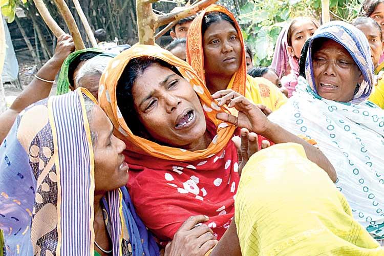 শোক: হরিহরপাড়ার নশিপুর গ্রামের সামিনা বিবি। ছবি: সঞ্জীব প্রামাণিক