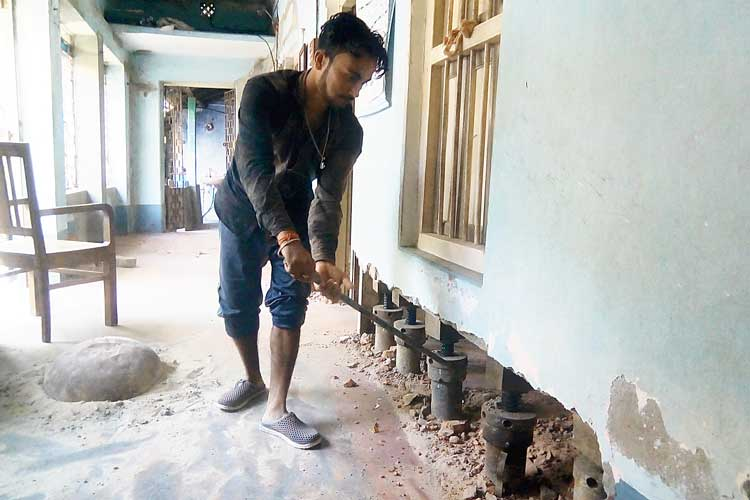 গলসির নজরুলপল্লির বাড়ি উঁচু করার কাজ চলছে। ছবি: কাজল মির্জা